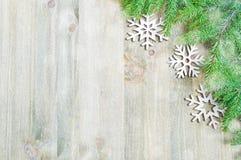 背景圣诞节新年度 圣诞节戏弄,在木背景的绿色杉树 生活新的仍然年 免版税库存照片