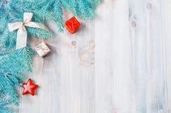 背景圣诞节新年度 圣诞节戏弄,在木背景的蓝色杉树分支 生活新的仍然年 免版税库存照片