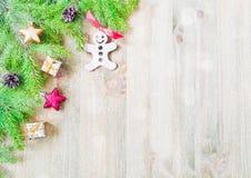 背景圣诞节新年度 圣诞节戏弄,在木背景的蓝色杉树分支 生活新的仍然年 库存照片