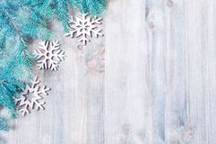 背景圣诞节新年度 圣诞节戏弄,在木背景的蓝色杉树 构成新年度 免版税库存照片