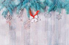 背景圣诞节新年度 圣诞节戏弄,在木背景的蓝色杉树 生活新的仍然年 库存图片