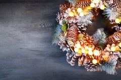 背景圣诞节老纸袋装的葡萄酒 假日常青树花圈 库存图片