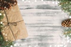 背景圣诞节老纸袋装的葡萄酒 免版税库存照片