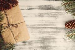 背景圣诞节老纸袋装的葡萄酒 库存图片