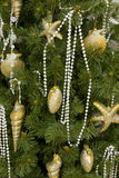 背景圣诞节装饰了金海运结构树 免版税库存照片