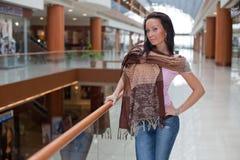 背景在围巾的女孩购物中心 库存图片