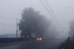 背景在城市道路的秋天雾 免版税库存图片