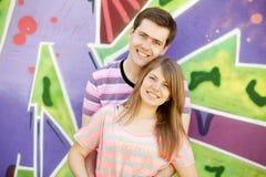 背景在年轻人附近的夫妇街道画 免版税库存图片