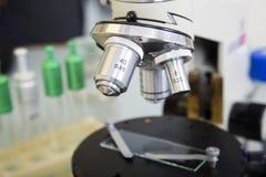 背景在白色的实验室显微镜 科学和健康保健研究背景 库存图片