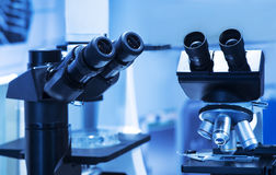 背景在白色的实验室显微镜 科学研究背景 图库摄影