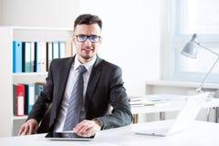 背景在空白工作的生意人膝上型计算机 库存照片