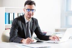 背景在空白工作的生意人膝上型计算机 图库摄影