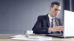背景在空白工作的生意人膝上型计算机 影视素材