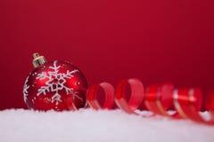 背景在红色的球圣诞节 免版税库存图片