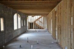 背景块蓝色水泥覆盖木建筑房子新的屋顶天空的桁架 图库摄影