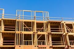 背景块蓝色水泥覆盖木建筑房子新的屋顶天空的桁架 免版税库存图片