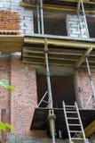 背景块蓝色水泥覆盖木建筑房子新的屋顶天空的桁架 库存照片