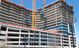 背景块蓝色水泥覆盖木建筑房子新的屋顶天空的桁架 免版税库存照片