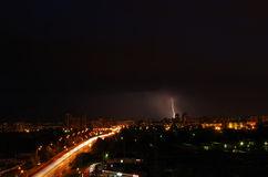 背景城市黑暗的一刹那框架阴沉的房子留给闪电副天空雷暴 库存照片