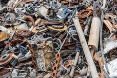 背景堆生锈的金属废料 库存图片