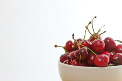 背景堆空白碗的樱桃 库存照片