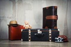 背景堆老破旧的手提箱和照相机 免版税库存图片