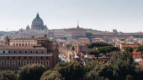 背景大教堂bernini城市喷泉彼得・罗马s方形st梵蒂冈 大教堂彼得s st 罗马和St全景  库存图片