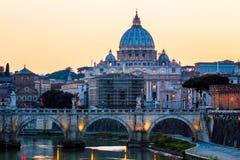 背景大教堂bernini城市喷泉彼得・罗马s方形st梵蒂冈 大教堂彼得s st 罗马和St全景  库存照片