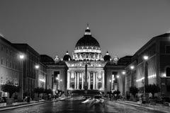 背景大教堂bernini城市喷泉彼得・罗马s方形st梵蒂冈 有启发性圣彼得大教堂 库存照片