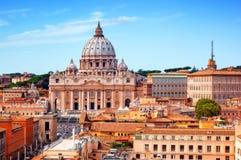 背景大教堂bernini城市喷泉彼得・罗马s方形st梵蒂冈 圣皮特圣徒・彼得的大教堂和梵蒂冈博物馆 库存图片