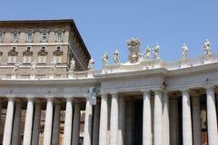 背景大教堂bernini城市喷泉彼得・罗马s方形st梵蒂冈 圣皮特圣徒・彼得罗马教皇的大教堂的片段  免版税库存图片