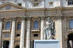背景大教堂bernini城市喷泉彼得・罗马s方形st梵蒂冈 圣皮特圣徒・彼得罗马教皇的大教堂的片段  免版税图库摄影