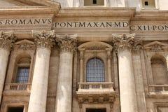 背景大教堂bernini城市喷泉彼得・罗马s方形st梵蒂冈 圣皮特圣徒・彼得罗马教皇的大教堂的片段  免版税库存照片