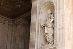 背景大教堂bernini城市喷泉彼得・罗马s方形st梵蒂冈 圣皮特圣徒・彼得罗马教皇的大教堂的片段  库存照片