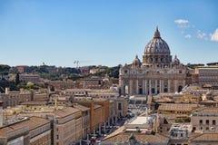 背景大教堂bernini城市喷泉彼得・罗马s方形st梵蒂冈 大教堂彼得s st 罗马和圣皮特圣徒・彼得` s全景大教堂,意大利 免版税库存照片