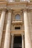背景大教堂bernini城市喷泉彼得・罗马s方形st梵蒂冈 美国鹅掌楸 圣皮特圣徒・彼得的广场的片段 意大利,罗马 免版税库存图片