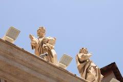 背景大教堂bernini城市喷泉彼得・罗马s方形st梵蒂冈 美国鹅掌楸 圣皮特圣徒・彼得的广场的片段 意大利,罗马 免版税图库摄影