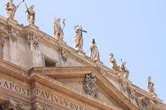 背景大教堂bernini城市喷泉彼得・罗马s方形st梵蒂冈 美国鹅掌楸 圣皮特圣徒・彼得的广场的片段 意大利,罗马 免版税库存照片