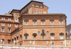 背景大教堂bernini城市喷泉彼得・罗马s方形st梵蒂冈 美国鹅掌楸 圣皮特圣徒・彼得的广场的片段 意大利,罗马 图库摄影