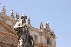 背景大教堂bernini城市喷泉彼得・罗马s方形st梵蒂冈 美国鹅掌楸 圣皮特圣徒・彼得的广场的片段 意大利,罗马 库存图片