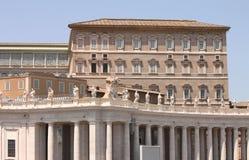 背景大教堂bernini城市喷泉彼得・罗马s方形st梵蒂冈 美国鹅掌楸 圣皮特圣徒・彼得的广场的片段 意大利,罗马 库存照片