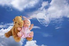 背景天空覆盖逗人喜爱的孩子填充动物玩偶自然 库存图片