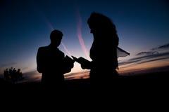 背景夫妇现出轮廓日落年轻人 免版税图库摄影