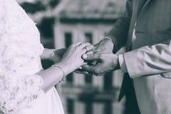 背景夫妇递她的藏品结婚显示那里水婚礼妻子的环形 库存照片