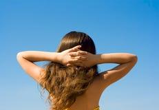 背景女孩纵向放松天空 免版税图库摄影
