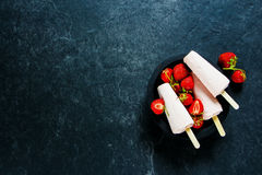 背景奶油色冰查出的草莓白色 免版税库存图片