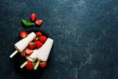 背景奶油色冰查出的草莓白色 库存图片