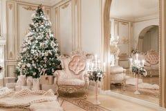 背景对光检查圣诞节构成黑暗的夜间新的s玩具年 与一个白色壁炉的经典公寓 免版税库存图片