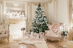 背景对光检查圣诞节构成黑暗的夜间新的s玩具年 与一个白色壁炉的经典公寓 库存图片