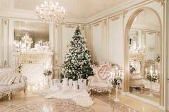 背景对光检查圣诞节构成黑暗的夜间新的s玩具年 与一个白色壁炉的经典公寓 库存照片